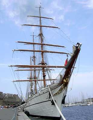 grand voilier dans le bassin Vauban à Saint-Malo